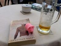 Und bei Bier und Lektüre darf Margret natürlich auch nicht fehlen