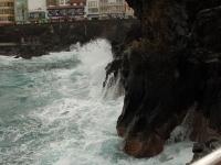 Mit Macht donnern die Wellen gegen die Felsen
