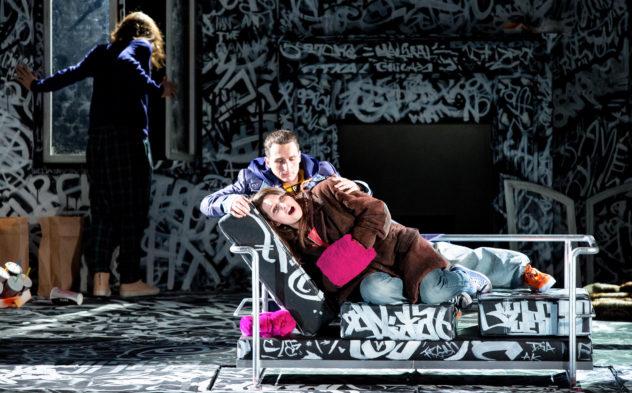 Liviu Holender (Schaunard), Lucian Krasznec (Rodolfo), Camille Schnoor (Mimì) © Marie-Laure Briane